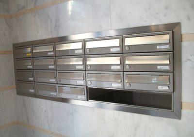 Instalación de buzones de acero inoxidable, buzón de Arregui Modelo Habitat, buzón de interior con puerta de acero inoxidable satinado, empotrados en pared con tapajuntas de acero inoxidable.