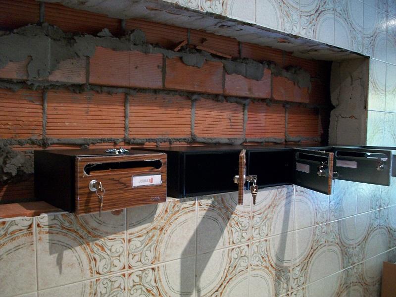 Instalación de buzones para comunidades, buzones de interior empotrados en la pared. Buzón modelo Hall-20 de Joma con puerta imitación madera