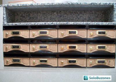 Buzones de interior horizontales modelo 9000-8 con cuerpo metalico negro y puerta de melamina de haya