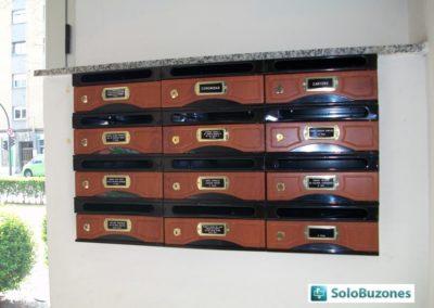 Agrupación de buzones horizontales Arfe modelo 9000-7 con cuerpo metalico negro y puerta de melamina de Sapelly. Tamaño pequeño
