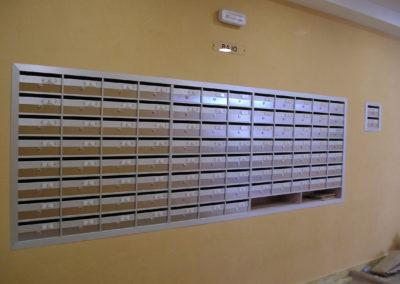 Buzones Kaneor horizontales de empotrar con puerta de madera de roble y perfiles de aluminio