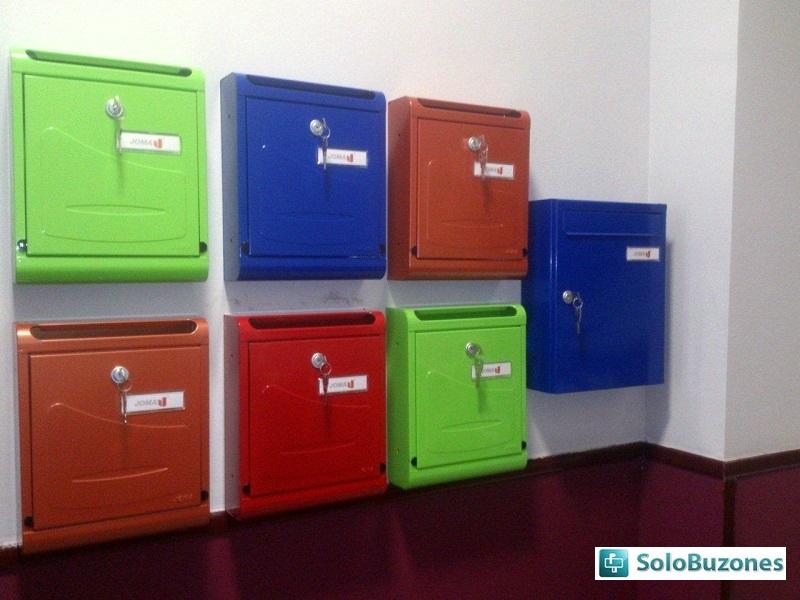 Detalle de colores utilizados en instalación de buzones verticales Joma Modelo Hall-10