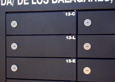 Detalle rotulación agrupación de buzones BCP Arregui instalados en Valencia.